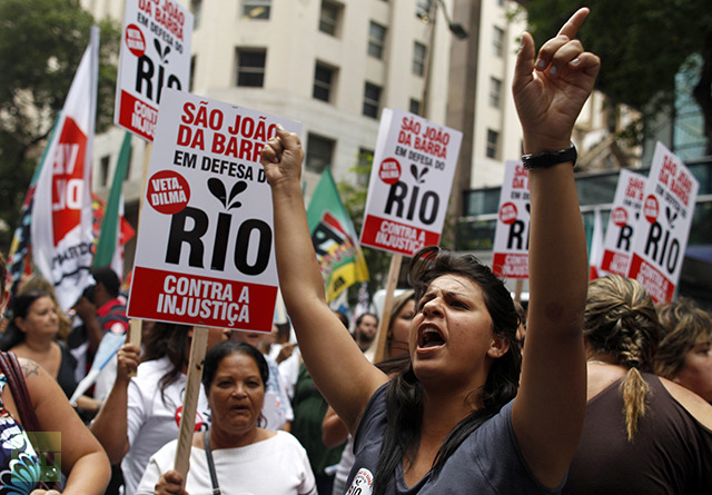 Demostrators yell slogans as hold signs during a protest in down town Rio de Janeiro, November 26, 2012. (Reuters / Pilar Olivares )