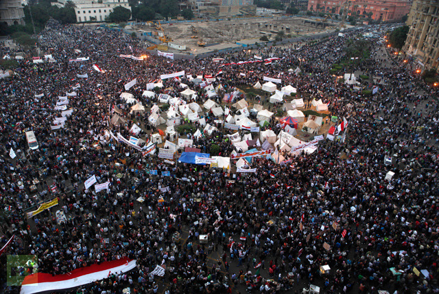 A general view of anti-Mursi protesters chanting anti-government slogans in Tahrir Square in Cairo November 27, 2012 (Reuters / Asmaa Waguih)