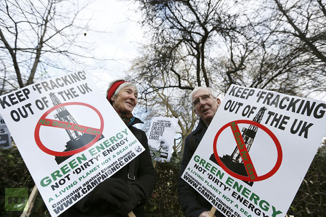 Demonstrators hold placards in protest against hydraulic fracturing for shale gas outside the US Embassy in London on December 1, 2012. (AFP Photo / Justin Tallis)