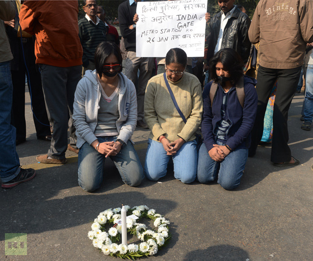 Indian students protestors pray for rape victim during a protest demanding better security for women in New Delhi on December 29, 2012, as Indian leaders appealled for calm fearing fresh outbursts of protests after the death of a gang-rape student victim (AFP Photo / Raveendran)