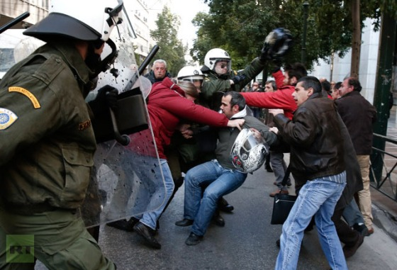 Demonstrators clash with riot policemen during a protest outside the Labour Ministry in Athens January 30, 2013.(Reuters / Yorgos Karahalis)