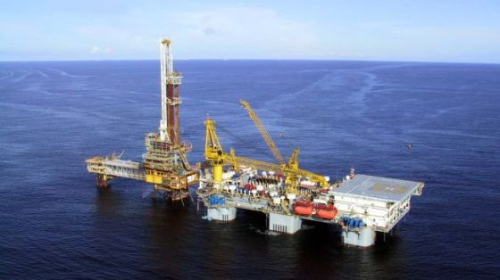 File photo shows an offshore oil facility in southern Iran.
