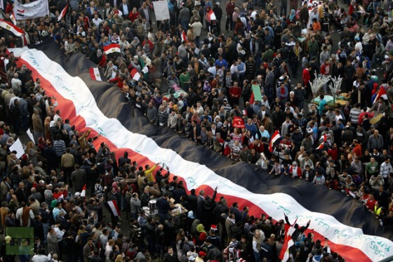 Protesters opposing Egyptian President Mohamed Mursi demonstrate with a giant flag at Tahrir Square in Cairo January 25, 2013.(Reuters / Amr Dalsh)