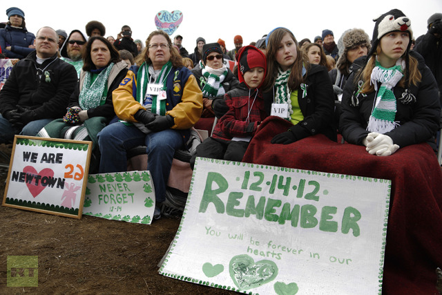 Participants from Newtown, Connecticut, wearing the green and white colors of Sandy Hook Elementary School where 26 children and adults were killed. (Reuters / Jonathan Ernst)