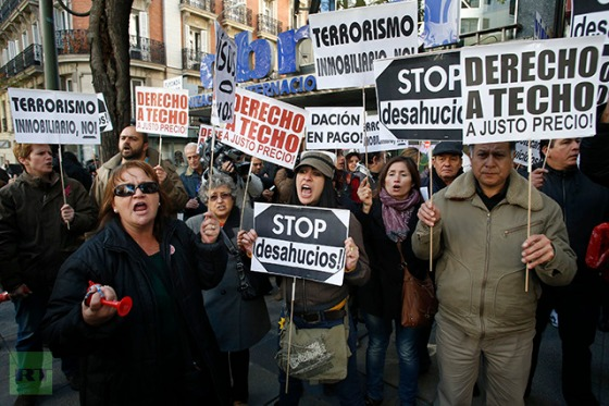 """Members of the Mortgage Victims' Platform shout slogans as they take part in a protest in Madrid November 12, 2012. Spain's top parties will tackle eviction law reform on Monday after a homeowner's suicide provoked public fury and accusations that politicians and banks are complicit in de facto """"murder"""". (Reuters / Juan Medina)"""