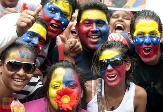 Supporters of Venezuelan President Hugo Chavez pose as they gather outside Miraflores presidential palace during an event in homage of Chavez, in Caracas on January 10, 2013 (AFP Photo / Raul Arboleda)