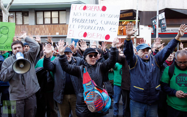 Anti-eviction activists protest in front of Popular Party's office in Barcelona, February 12, 2013 (Reuters / Albert Gea)