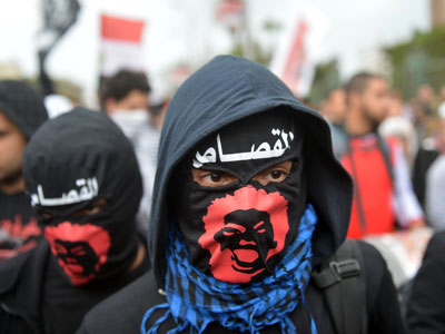 Egyptian members of the Black Bloc group, who present themselves as the defenders of protesters opposed to President Mohamed Morsi's rule, attend a march to the presidential palace in Cairo on February 1, 2013.(AFP Photo / Khaled Desouki)
