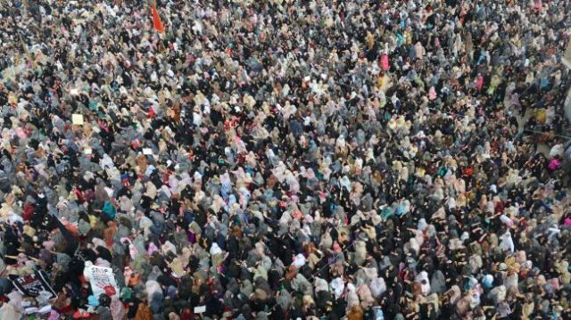 Pakistani Shia Muslims gather to protest against a devastating bomb attack in Quetta on February 18, 2013.