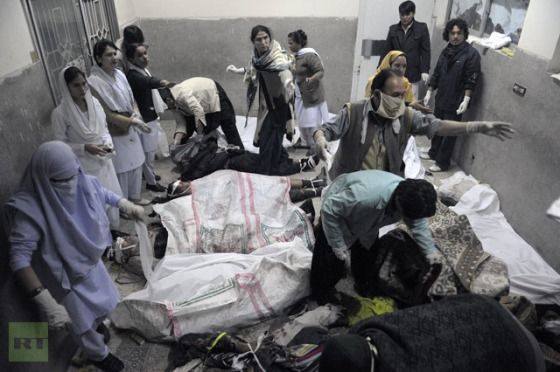 Pakistani paramedics work over the dead bodies of bomb blast victims at a hospital in Quetta on February 16, 2013. (AFP Photo/Banaras Khan)