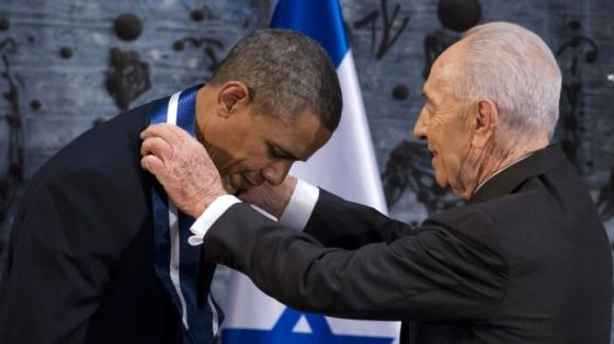 US President Barack Obama (L) is honored by Israeli President Shimon Peres.