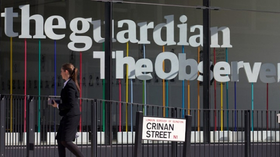A woman walks past the offices of the Guardian newspaper in central London on August 20, 2013. (AFP Photo / Andrew Cowie)