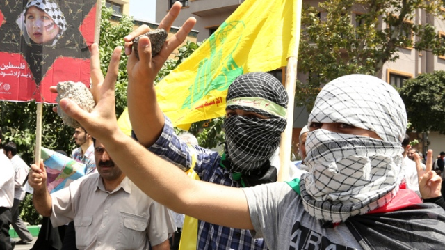 Iranian young men flash the sign of victory during a parade marking Al-Quds (Jerusalem) International Day in Tehran on August 2, 2013 (AFP Photo / Atta Kenare)
